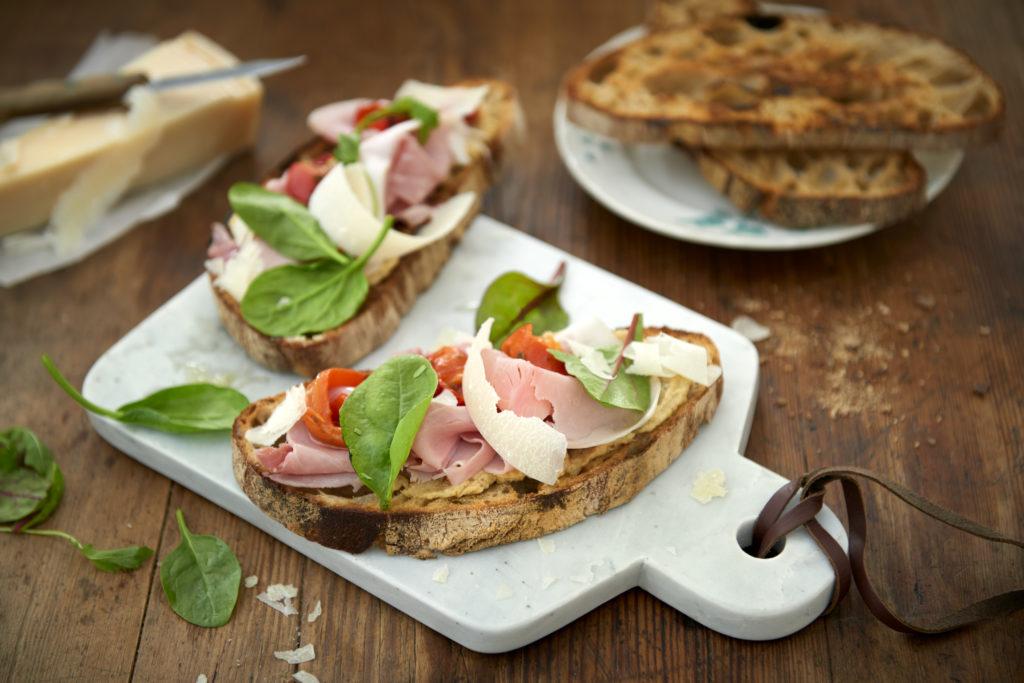 Recept från zeta.nu Surdegsbröd med italiensk skinka och kronärtskockskräm