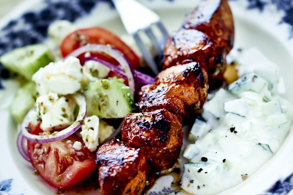 Recept från Zeta. Grillade_kycklingspett_med_fetaostsallad_och_tzatziki_st