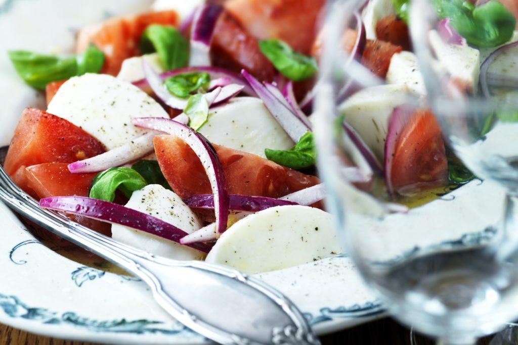 Recept från Zeta. Marinerad_mozzarella_med_rödlök_tomat_och_basilika_st