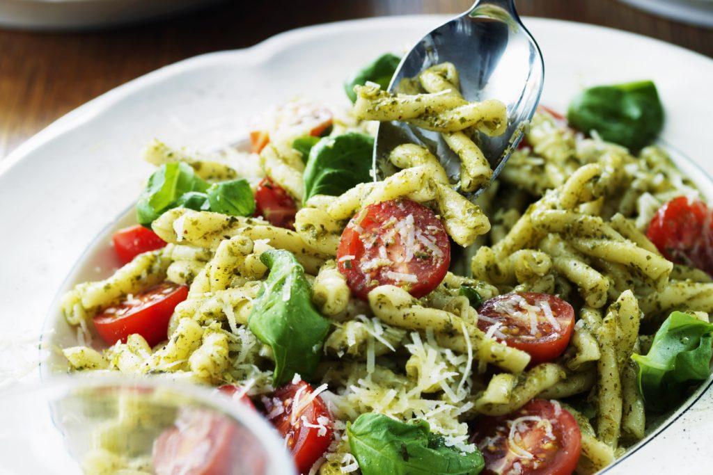 Recept från Zeta. Pastasallad_med_pesto_cocktailtomater_rucola_och_parmesan_st