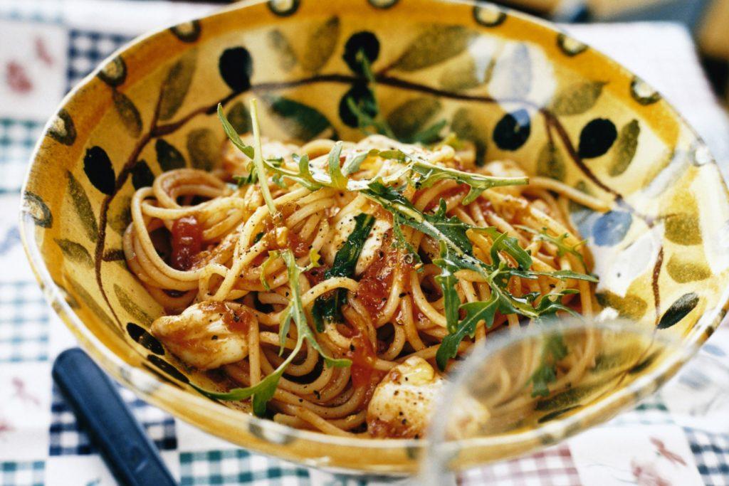 Recept från Zeta. Spaghetti med tomatsås, mozzarella och rucola