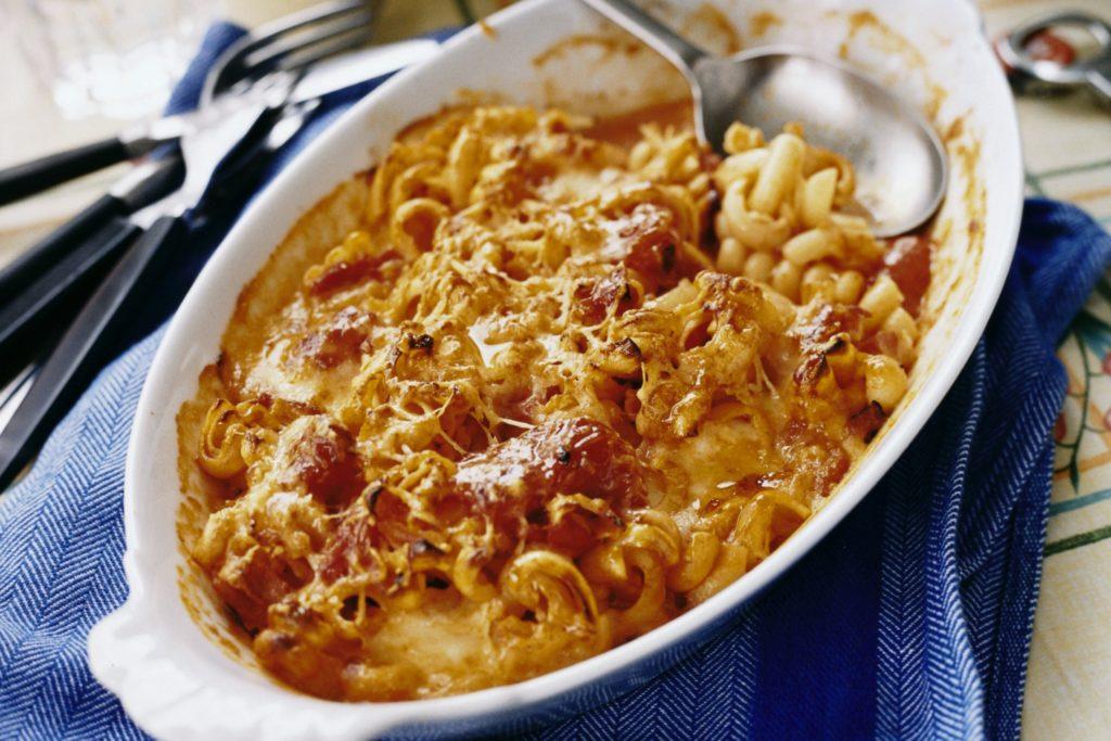 Recept från Zeta. Pastagratang_med_tomat_pancetta_mozzarella_och_parmesan