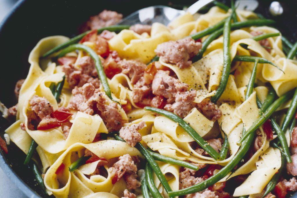 Recept från Zeta. pappardelle-med-grona-bonor-salsiccia-och-tomat