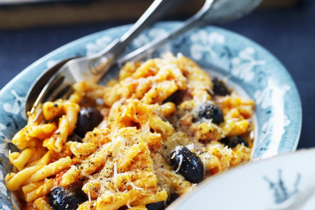 Recept från Zeta. pasta_i_tomatsas_med_oliver_kapris_och_parmesan