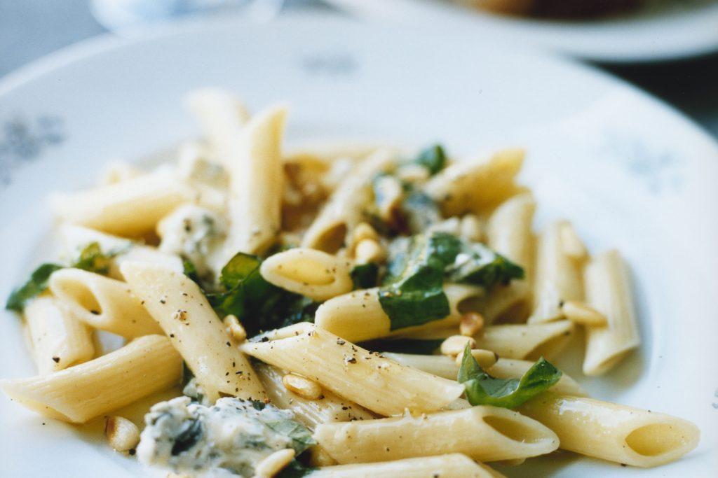Recept från Zeta. pasta_med_gorgonzola_pinjenotter_och_basilika