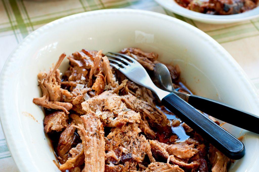 Recept från Zeta. Ugnsbräserad fläskkarré med tomat och vitt vin