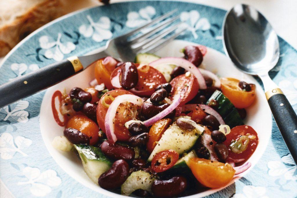 Recept från Zeta: Bönsallad med tomat, gurka och chili