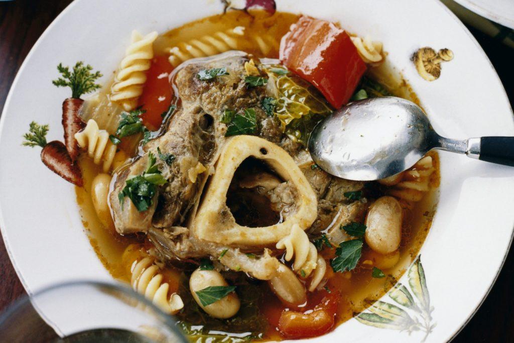 Recept från Zeta: Grönsakssoppa med bönor, pasta och kalvlägg