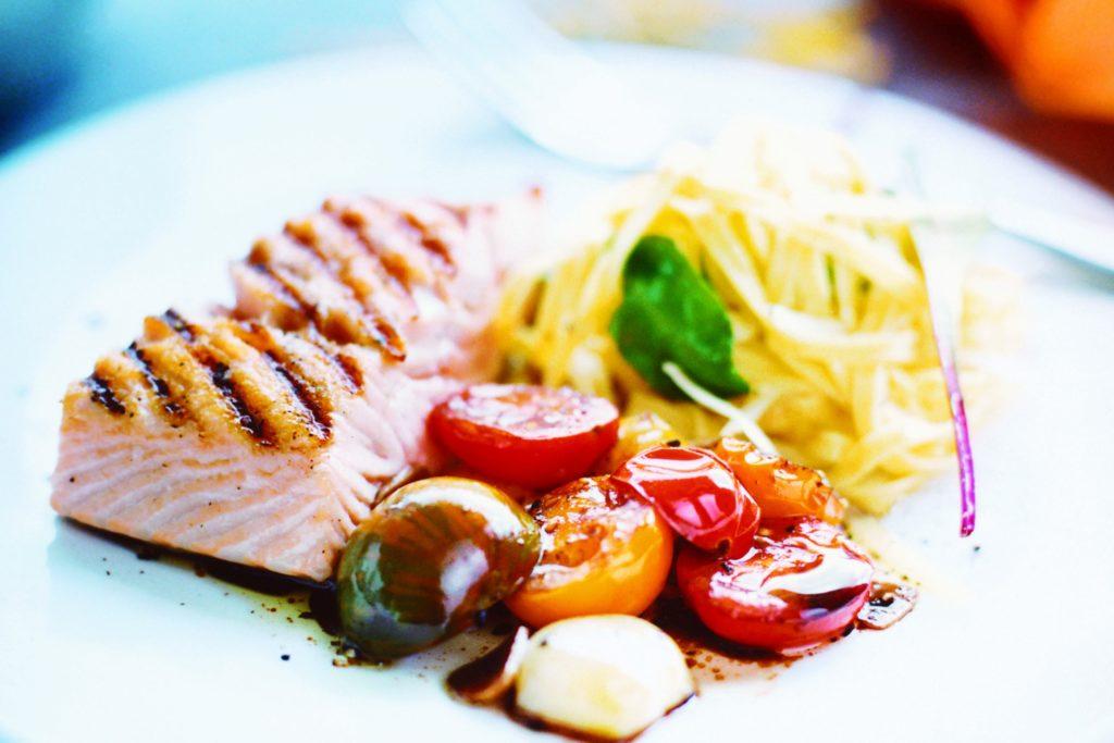 Recept från Zeta: Grillad lax med Pappardelle och tomater i balsamvinäger