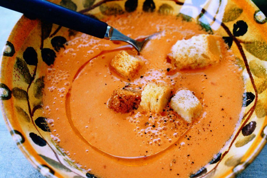 Recept från Zeta: Kall tomat- och paprikasoppa med olivolja och krutonger