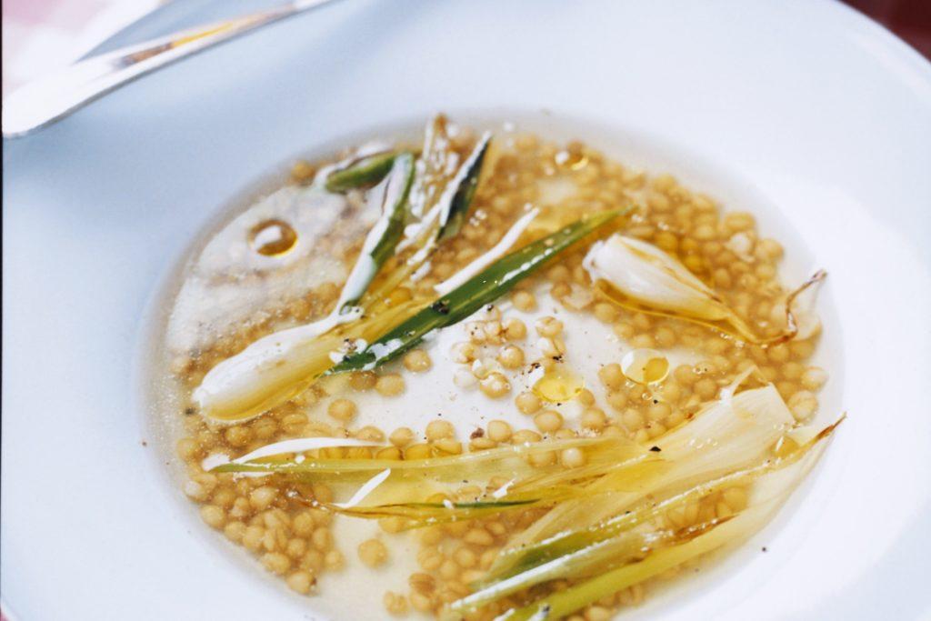 Recept från Zeta: Olivdoftande soppa med salladslök och matvete