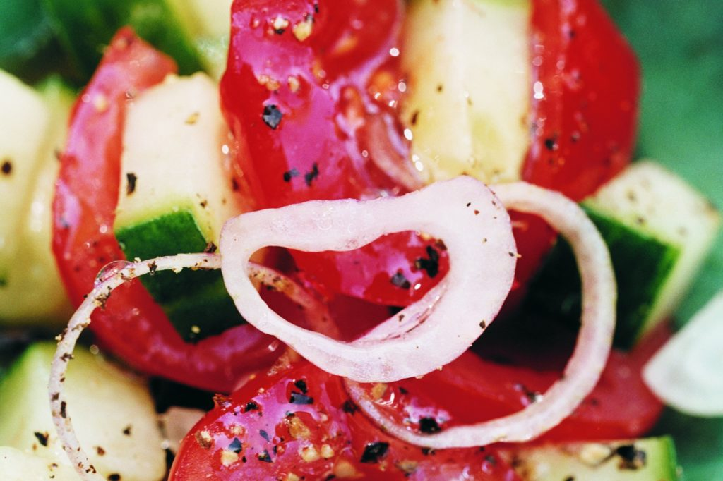 Recept från Zeta: Pepprig tomat- och gurksallad med mangobalsamico