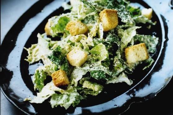 Recept från Zeta: Romansallad med dressing på mascarpone och gröna oliver