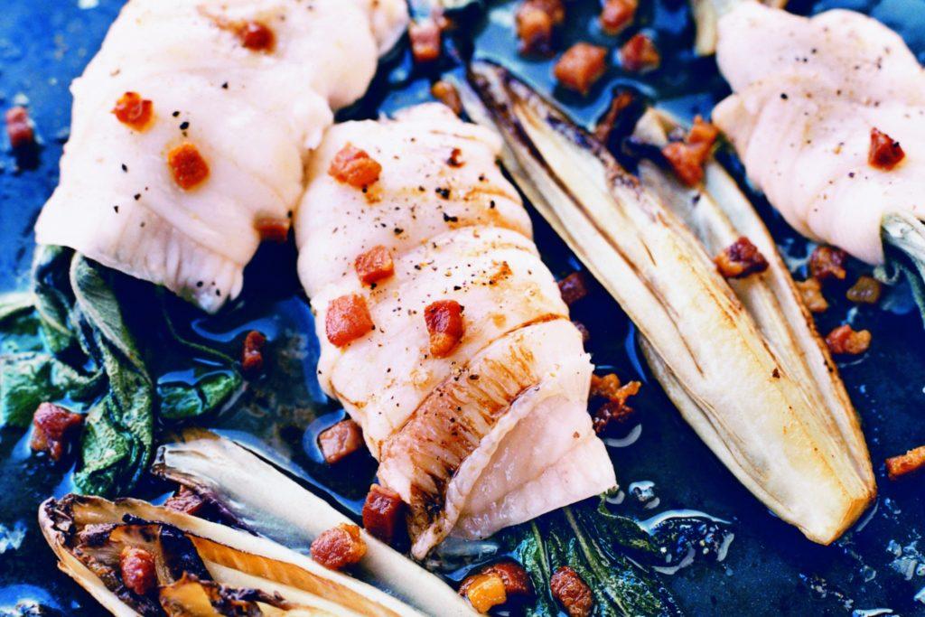 Recept från Zeta: Ugnsbakade spättafiléer med pancetta, endiver och salvia
