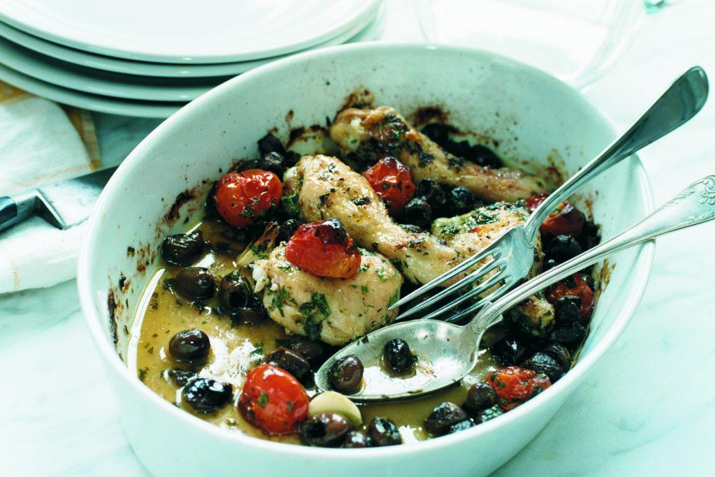 Recept från Zeta: Ugnstek kyckling med oliver, tomater & vitlök
