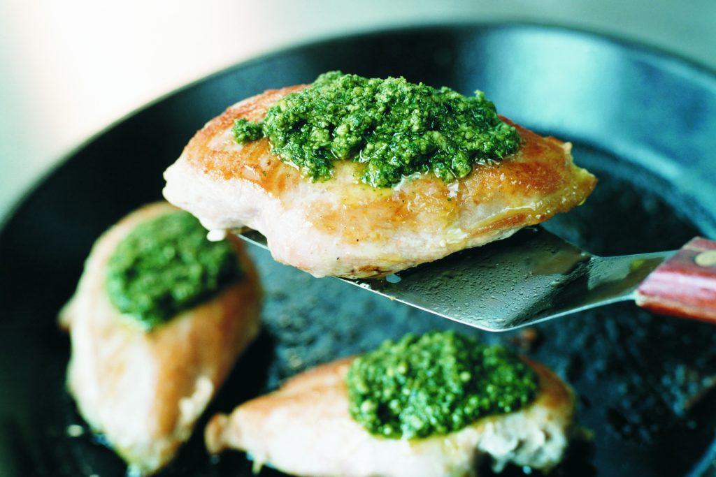 Recept från Zeta: Stekta kycklingfiléer med pesto